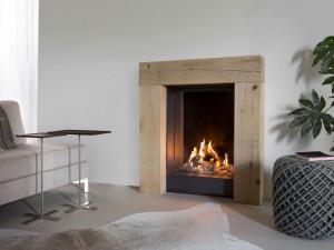 Čelní plynový krb se stylovým dřevěným rámem Kalfire